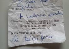 """Dentro do banco, mulher pede socorro através de bilhete: """"Violência doméstica. Ele tá aí fora"""""""