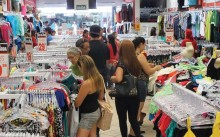 Comércio varejista cresce 0,6% em fevereiro, diz IBGE