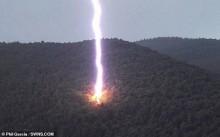 Aventureiro captura exato momento que raio explode árvore nos EUA