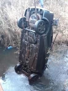 Rio baixa de volume e faz ressurgir carro desaparecido em 2014. Ossadas humanas foram encontradas nele