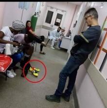 Médico compra chuteiras para menino que atendeu com pé furado