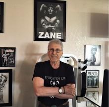 Zane, que derrotou Schwarzenegger no fisiculturismo, ainda malha, aos 79 anos