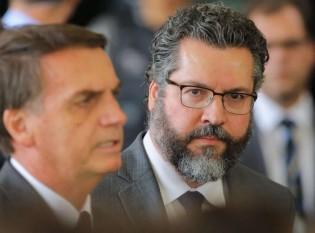 Presidente Jair Bolsonaro e Ernesto Araújo (ao fundo) (CRÉDITO: SÉRGIO LIMA/PODER360)