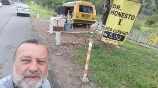 Renato Lagatta e o seu trailer conhecido como Dr. Honesto (CRÉDITO: ARQUIVO PESSOAL)