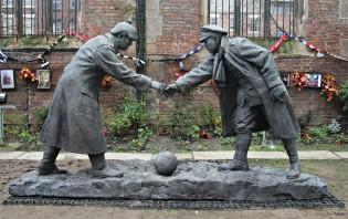 """""""All Together Now"""": estátua em Liverpool comemora a trégua de Natal de 1914 (CRÉDITO: REPRODUÇÃO)"""