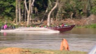 Garimpeiros atravessando o rio Uraricoera, a caminho das Terras Yanomami (CRÉDITO: ALEXANDRO PEREIRA/REDE AMAZÔNIA)