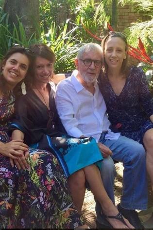 O ator com três das filhas em rara aparição (CRÉDITO: REPRODUÇÃO/INSTAGRAM)