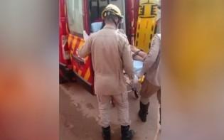 Jovem é resgatada pelo Corpo de Bombeiros (CRÉDITO: REPRODUÇÃO)