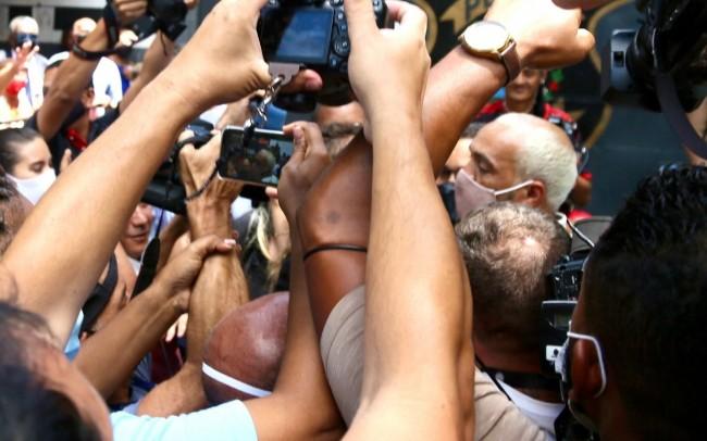 O cantor foi cercado por fãs e pela imprensa