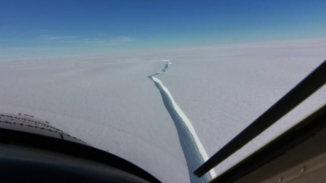 Vista aérea do iceberg que se separou da plataforma de gelo Brunt (CRÉDITO: BRITISH ANTARCTIC SURVEYS)