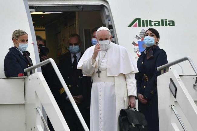 O papa Francisco embarca no avião para a viagem ao Iraque (CRÉDITO: AFP)