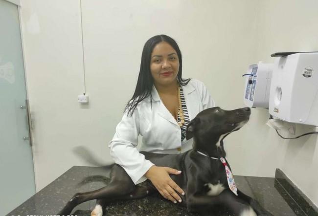 A médica veterinária Dayse Silve com o cão que reagiu bem à primeira sessão de quimioterapia (CRÉDITO: RICARDO RODRIGUES/ARQUIVO PESSOAL)