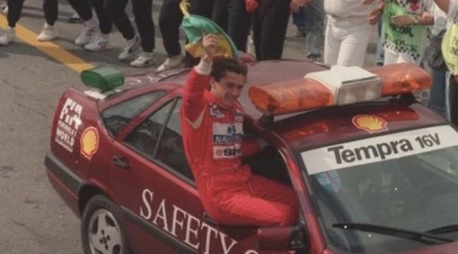 Senna acena em Fiat Tempra após multidão invadir pista de Interlagos para festejar vitória há 28 anos (CRÉDITO: JORGE ARAÚJO/FOLHA)