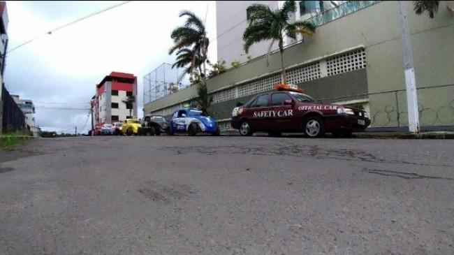 Fiat Tempra ao lado de Fuscas personalizados com as cores dos carros de Senna na F-1 (ARQUIVO PESSOAL)