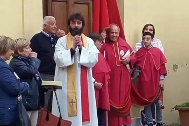 Padre Riccardo Ceccobelli anunciou que vai largar a batina por estar apaixonado por uma mulher (CRÉDITO: REPRODUÇÃO/INTERNET)