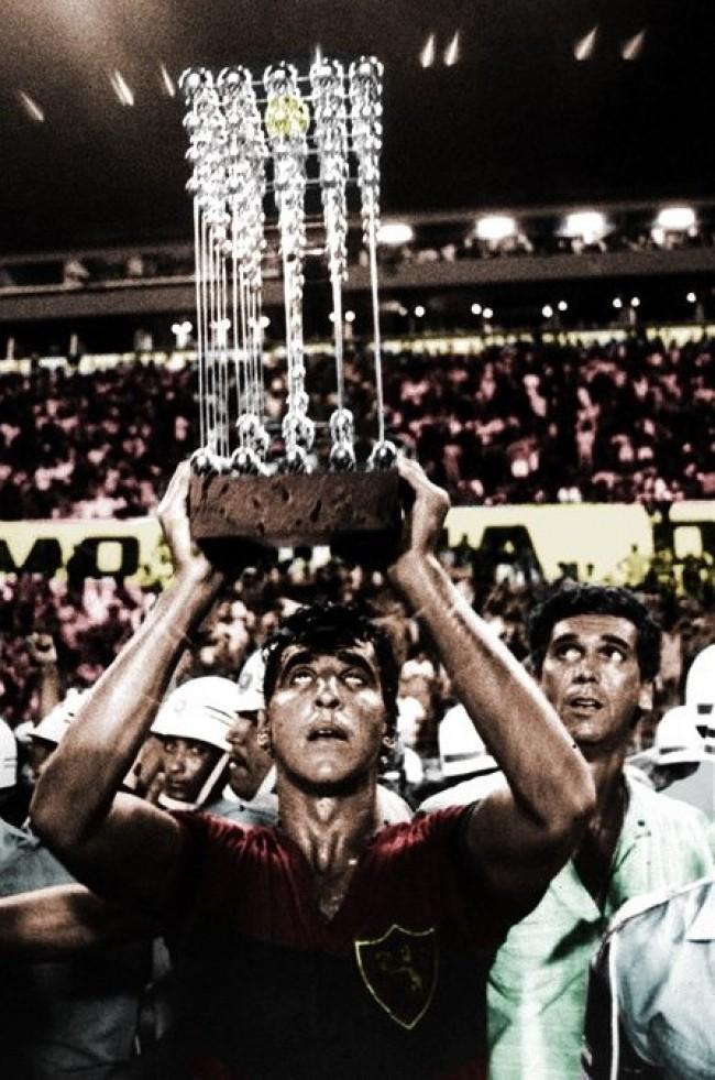 Capitão Estevam, do Sport Recife, erguendo a taça das bolinhas, celebrando o título brasileiro do Sport em 1987 (CRÉDITO: ACERVO/DIÁRIO DE PERNAMBUCO)
