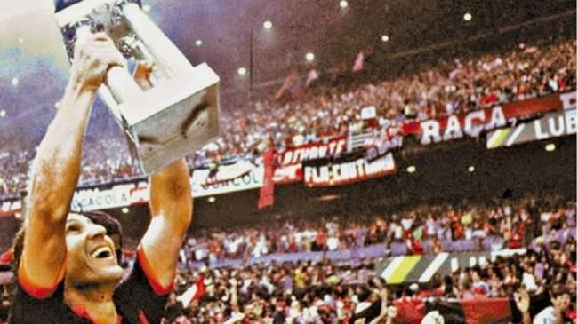Pelo Flamengo, o capitão Zico também ergueu a taça de campeão brasileiro de 1987 (CRÉDITO: REPRODUÇÃO/INTERNET)