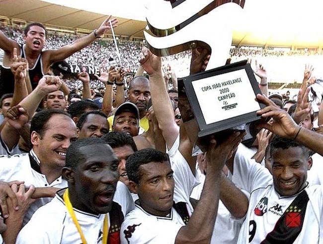 Odvan, Romário e Viola erguem o troféu da Copa João Havelange (CRÉDITO: ACERVO/AFP)