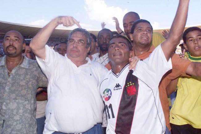 Eurico aponta para Romário em comemoração do título da Copa João Havelange (CRÉDITO: GETTY IMAGES)