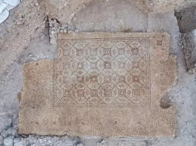 O mosaico será exibido em uma praça em Yavne (CRÉDITO: ASSAF PERETZ/CORTESIA AUTORIDADE DE ANTIGUIDADES DE ISRAEL)