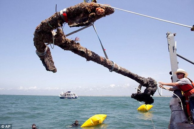 Em maio de 2011, uma âncora que se acredita ser do naufrágio do pirata Barba Negra foi encontrada (CRÉDITO: ROBERT WILLETT/THE NEWS & OBSERVER)