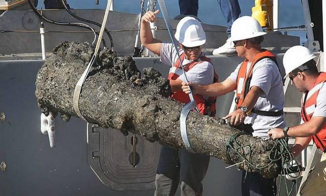 Canhão é retirado dos restos do navio do Barba-Negra, na costa da Carolina do Norte (CRÉDITO: CHUXK BECKLEY/AP)