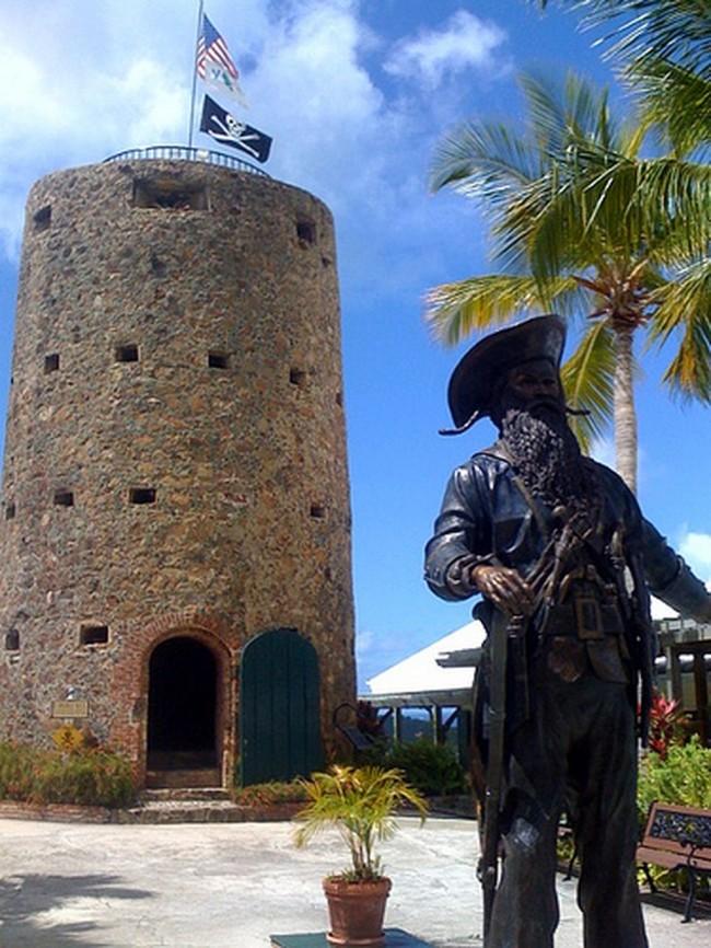 Estátua em homenagem a Barba-Negra no Castelo de St Thomas (CRÉDITO: REPRODUÇÃO)