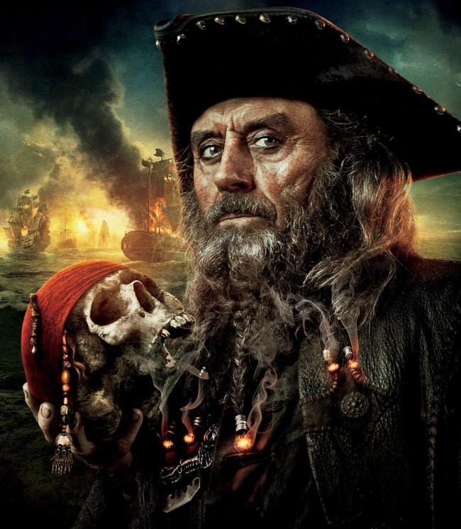 Nos cimenas, o ator Ian McShane interpretou Barba-Negra em Piratas do Caribe: Navegando em Águas Misteriosas (CRÉDITO: DIVULGAÇÃO/DISNEY)