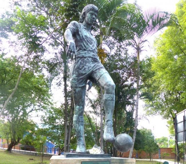Estátua em homenagem a Andrés Escobar (CRÉDITO: FELIPE SCHIMIDT)