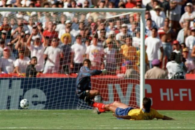 Exato momento do gol contra de Andrés Escobar (CRÉDITO: AFP)