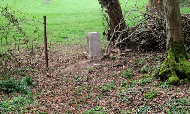 Pedra esculpida com o ano de 1819, que marca a fronteira entre a França e a Bélgica (CRÉDITO: JEAN-PIERRE/NYT)