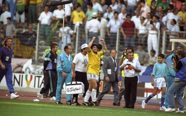 Após o jogo, Maradona saiu com uma camisa do Brasil em 1990 (CRÉDITO: ALLSPORT/UK/ALLSPORT)