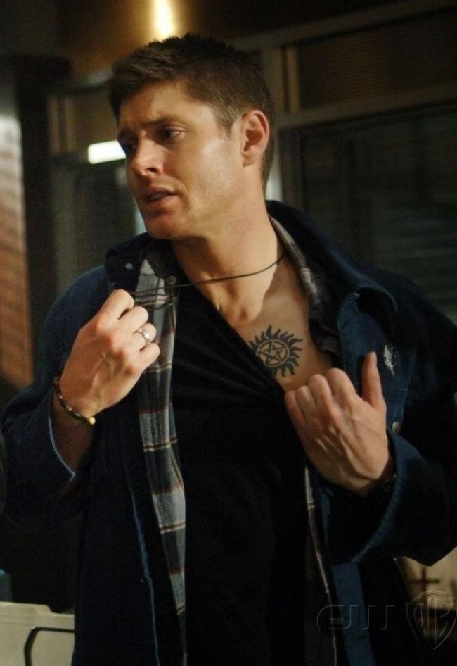 Dean Winchester e a clássica tatuagem contra a possessão demoníaca (CRÉDITO: REPRODUÇÃO)