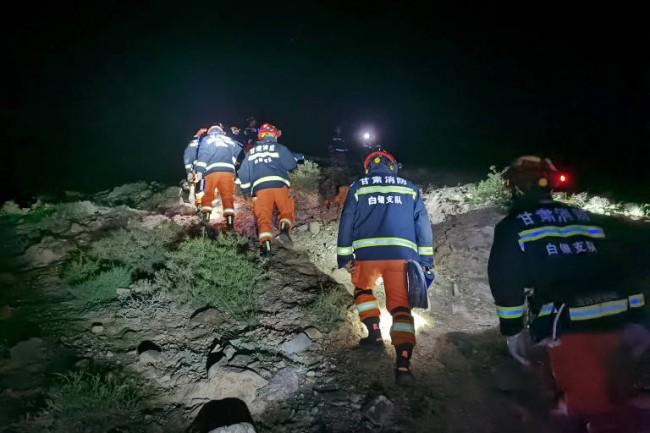 Equipe de resgate procura desaparecidos na prova realizada em Gansu no domingo (CRÉDITO: XINHUA)