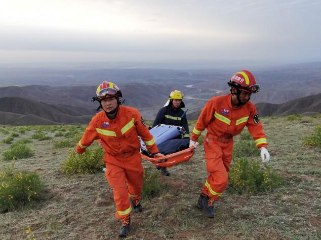Equipe de resgate no local onde maratonistas morreram na China (CRÉDITO: CNSPHOTO/REUTERS)