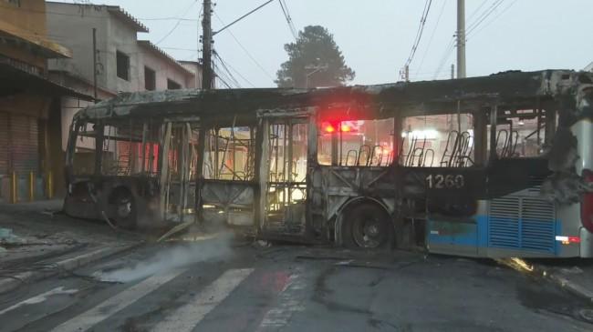 Corpo de Bombeiros foi acionado para incêndio em um ônibus no Grajaú (CRÉDITO: REPRODUÇÃO/TV GLOBO)