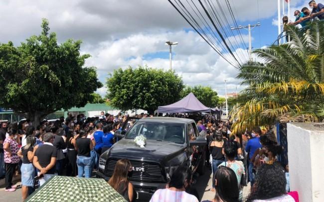 Multidão acompanhando cortejo em Araci, com corpo de médico morto na Bahia (CRÉDITO: BRUNA EVANGELHO/TV SUBAÉ)