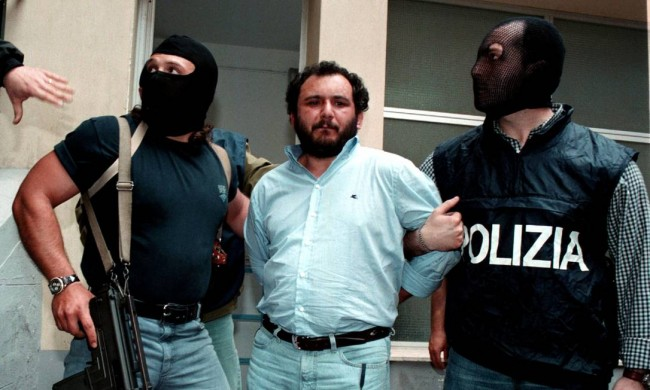 Foto de 1996 - Policiais escoltam Giovanni Brusca (CRÉDITO: TONY GENTILE)