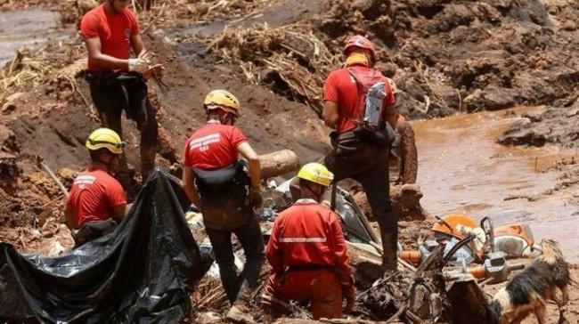 Equipe de resgate busca vítimas após rompimento de barragem em Brumadinho (CRÉDITO: ADRIANO MACHADO/REUTERS)