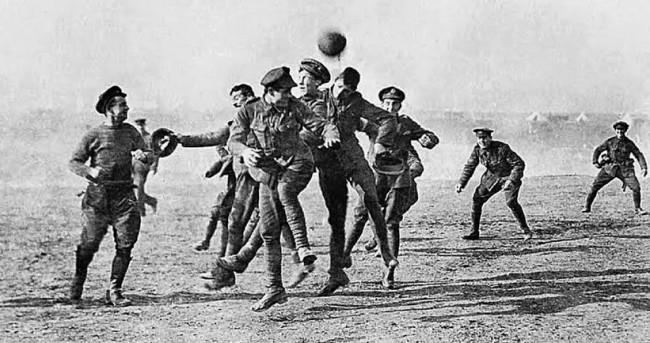 """Sinal da paz: os soldados rivais jogam futebol na """"Terra de Ninguém"""" durante a Trégua de Natal (CRÉDITO: IMPERIAL WAR MUSEUM)"""
