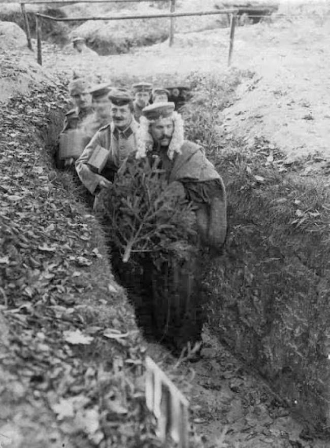 Soldados alemães comemorando o Natal em uma trincheira durante a Primeira Guerra Mundial (CRÉDITO: IMPERIAL WAR MUSEUM)