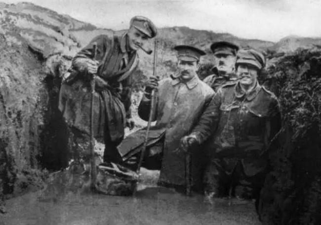Descontração na trincheira britânica (CRÉDITO: REPRODUÇÃO)