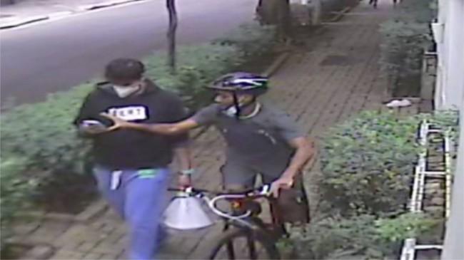 O músico Jorge de Godoy Monteiro perdeu o celular roubado por um ciclista (CRÉDITO: CÂMERA DE SEGURANÇA)