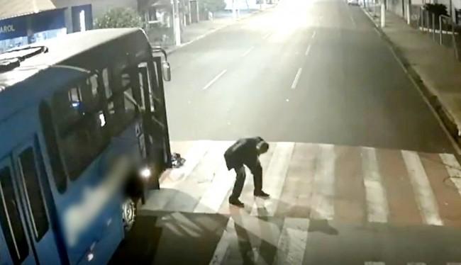 Motorista sai do veículo para procurar atropelado (CRÉDITO: REPRODUÇÃO/INTERNET)