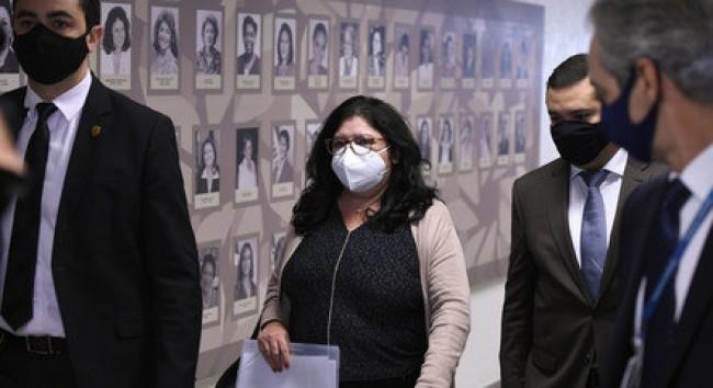 Regina Célia chega à CPI com os advogados (CRÉDITO: EDILSON RODRIGUES/AGÊNCIA SENADO)