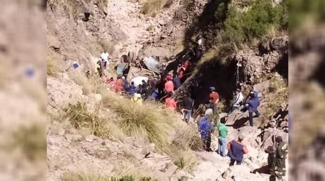 Acidente aconteceu no departamento de Chuquisaca. Ônibus caiu em um precipício (CRÉDITO: REPRODUÇÃO/INTERNET)
