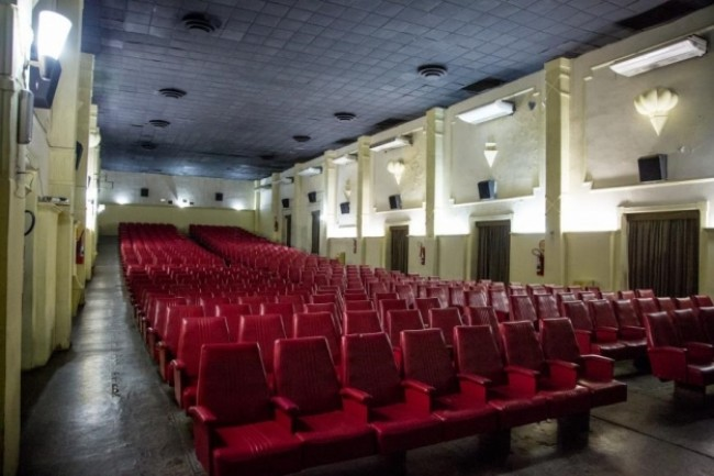 Cadeiras vermelhas são a marca registrada do cinema mais antigo do Brasil (CRÉDITO: REPRODUÇÃO)