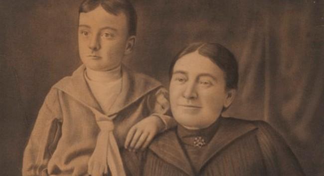 O escritor com a mãe adotiva (CRÉDITO: REPRODUÇÃO)