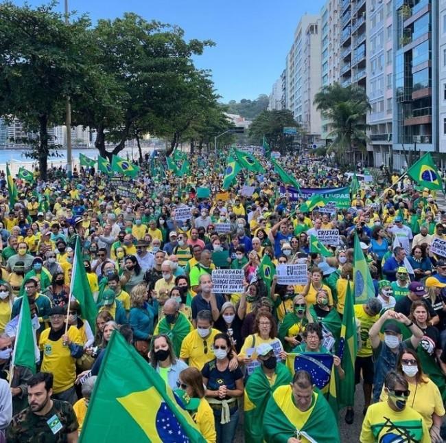 Manifestantes em Niterói (RJ) (CRÉDITO: REPRODUÇÃO)