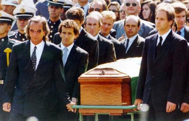 Pilotos adversários se unem e levam o caixão com Senna (CRÉDITO: REPRODUÇÃO)